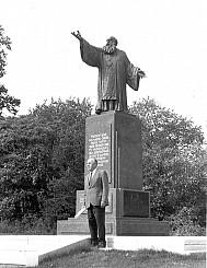 Monument to Metropolitan Vasyl' Lypkivs'kyi with sculptor Petro Kapschutschenko.